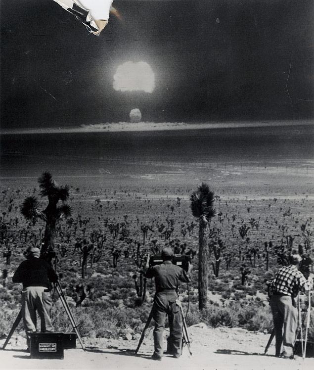 1953_a_nevadai_sivatagban_vegzett_atomrobbantast_rogzitik_a_fotosok.jpg