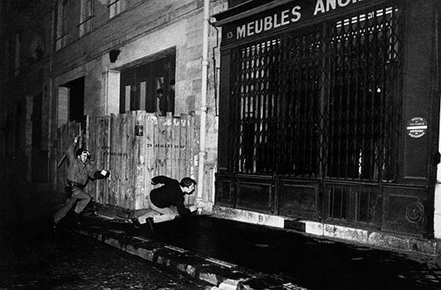 1968_a_parizsi_felkelesek_idejen_egy_rohamrendor_uldoz_egy_fiatalt.jpg