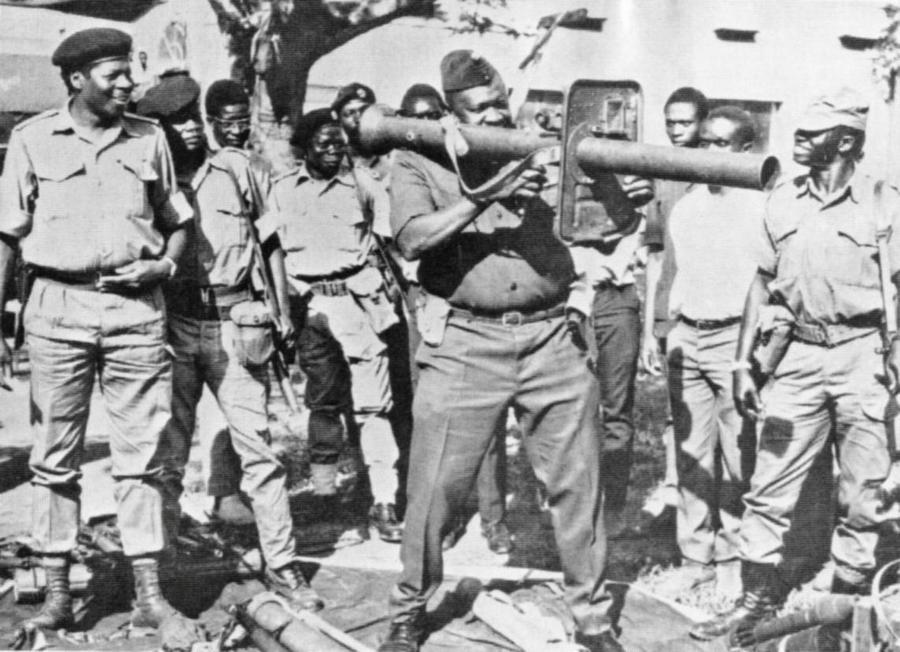 1978_idi_amin_ugandai_diktator_egy_raketavetovel_jatszik_lelkesitve_katonait_az_ugandai-tanzaniai_haboru_idejen.jpg