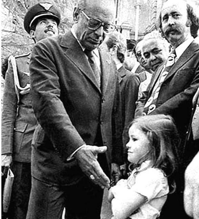 1979_egy_kislany_nem_hajlando_kezet_fogni_az_ujonnan_beiktatott_brazil_allamfovel_joao_figueiredoval.jpg
