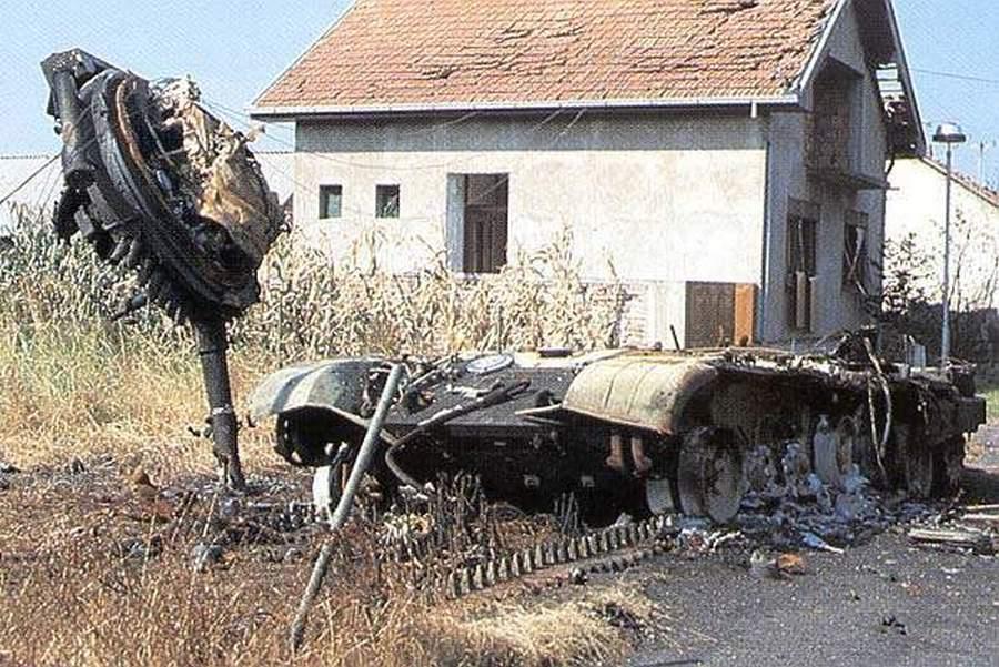 1991_november_egy_erdekesen_megsemmisult_jugoszlav_tank_amit_a_horvat_hadsereg_tagjai_lottek_ki_vukovaron.jpg