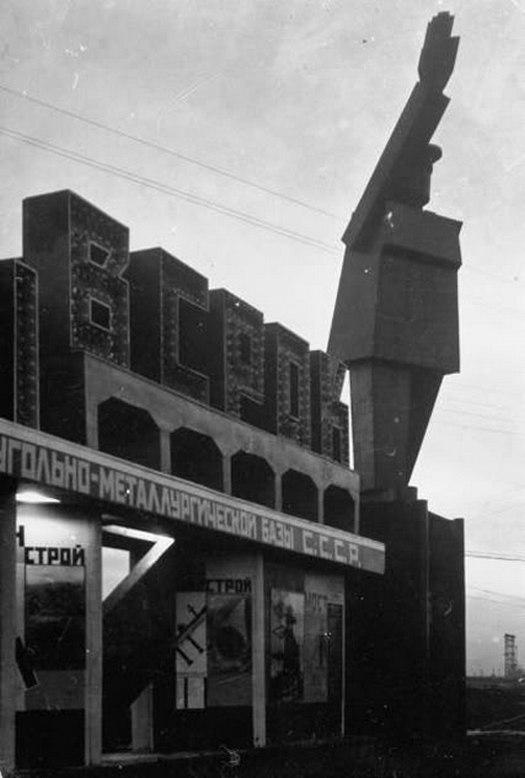 1930_a_magnyitogorszki_robot-lenin_szobor_a_szornyu_integeto_alkotast_ket_ev_mulva_le_is_bontottak.jpg