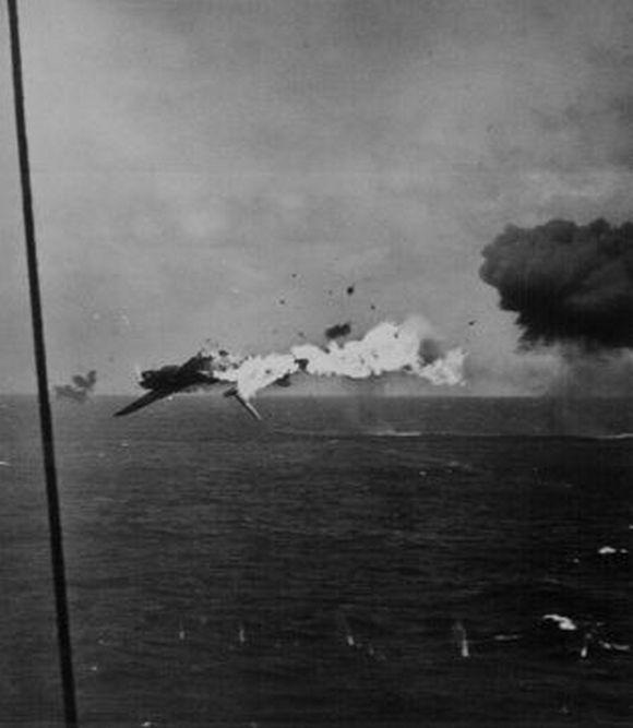1943_japan_bombazo_robban_fel_a_csendes-ocean_felett_az_amerikai_tuzben.jpg
