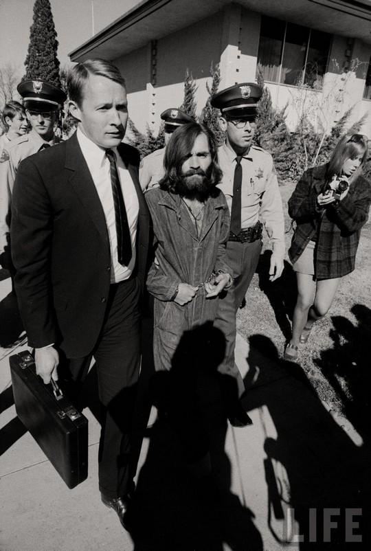 1969_charles_mansont_kiserik_a_birosagi_targyalasra.jpg