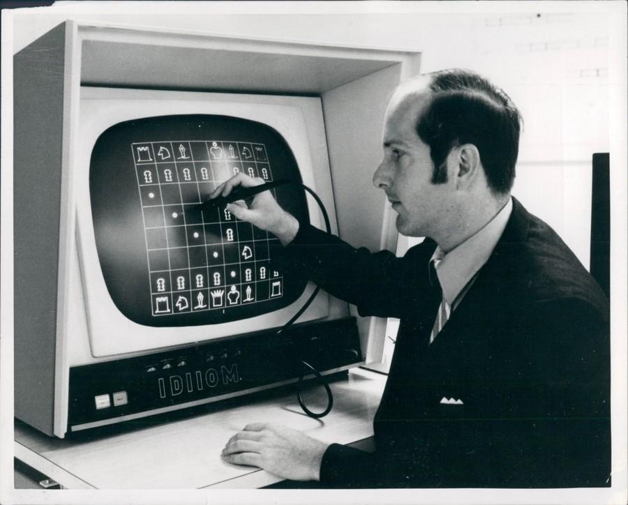 1972_egy_ferfi_jatszik_egy_korai_sakkprogrammal_az_elso_erintokepernyos_kompjuteren.jpg