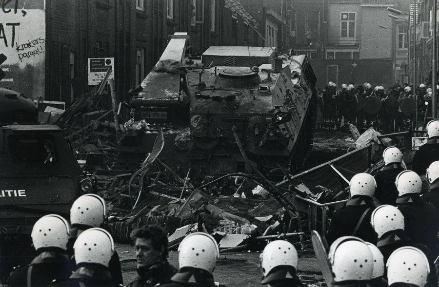 1980_holland_katonasag_pancelozott_jarmuve_tori_at_az_illegalis_hazfoglalok_barrikadjat_amszterdamban.jpg