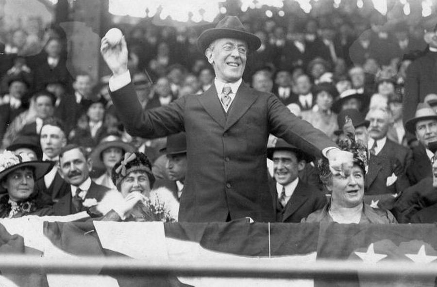 1917_woodrow_wilson_amerikai_elnok_kezdodobasa_a_vilagkupan_a_giants_es_a_white_sox_merkozesen.jpg
