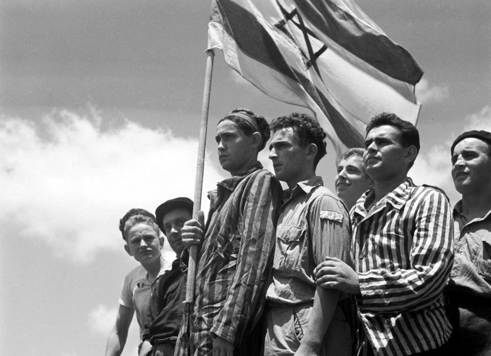 1945_a_felszabaditott_buchenwaldi_koncentracios_tabor_zsido_tuleloi_megerkeznek_haifa_kikotojebe.jpg