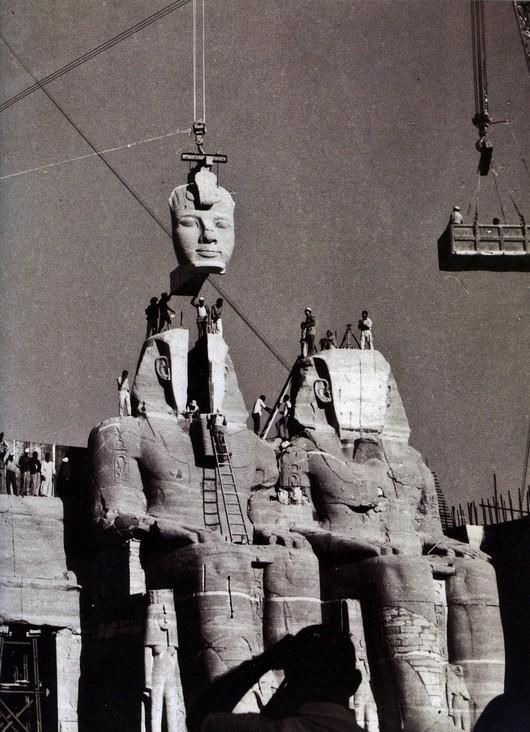 1968_a_nilusi_asszuani-gat_megepitese_miatt_feljebbkoltozetett_abu_szimbel_templom_osszeallitasa.jpg