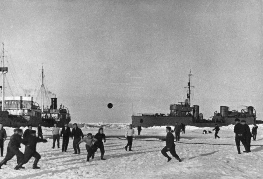 1936_egy_szovjet_eszaki_sarki_expedicio_szemelyzete_focizik_a_jegen.jpg