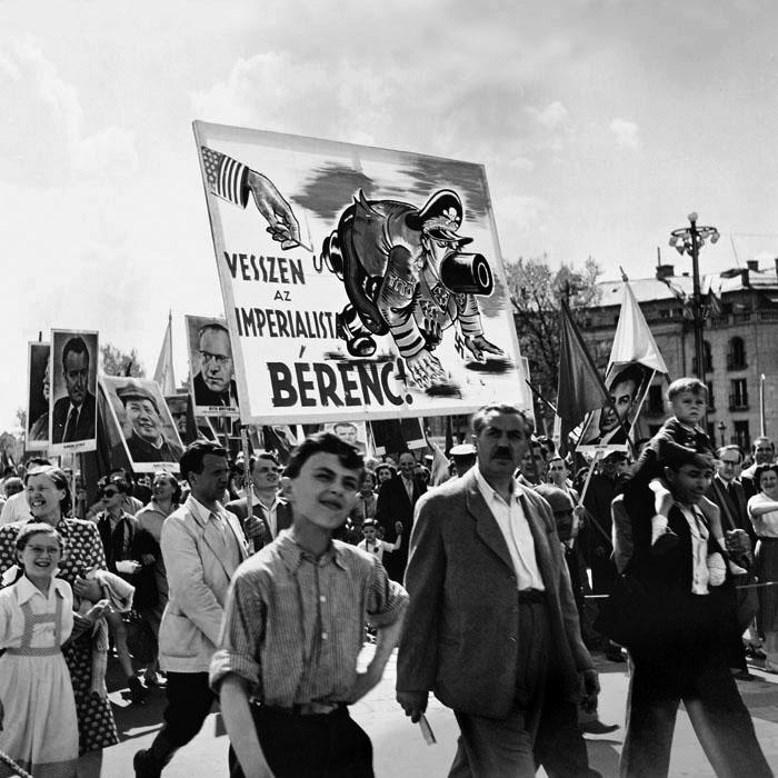 1952_majus_elsejei_felvonulas_budapesten_a_transzparensen_a_jugoszlav_allamfo_tito.jpg