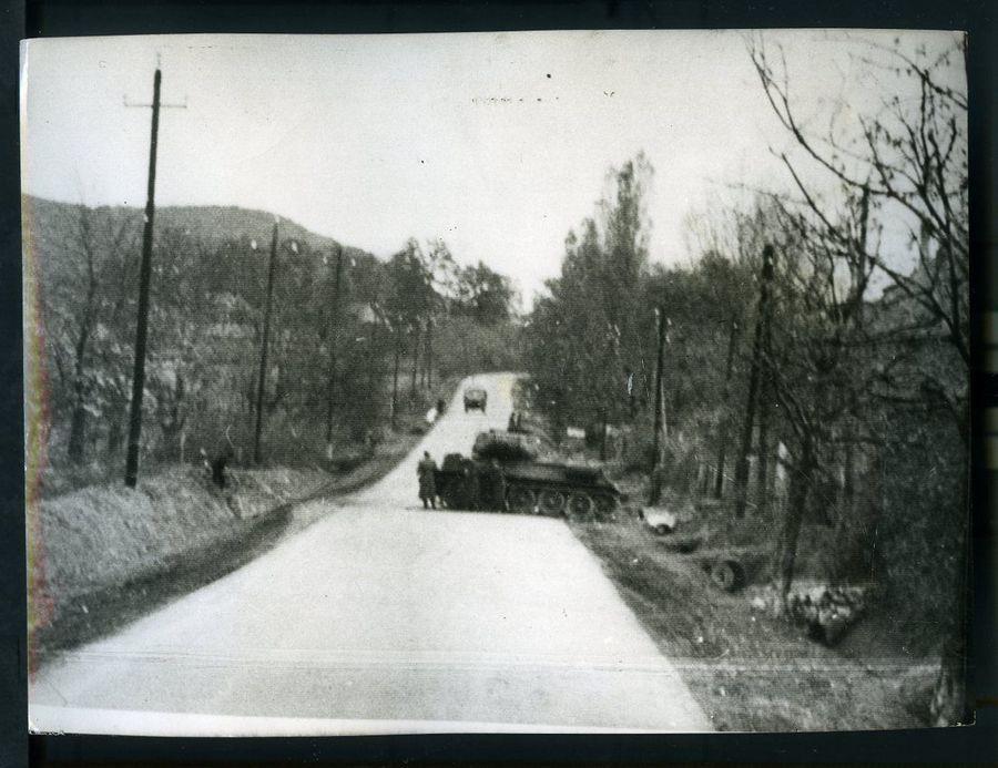 1956_novembere_szovjet_tank_az_osztrak_hatar_fele_vezeto_uton.jpg