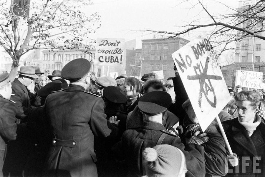 1962_a_kubai_raketavalsag_idejen_a_moszkvai_amerikai_nagykovetseg_elott_tunteto_szovjetek.jpg