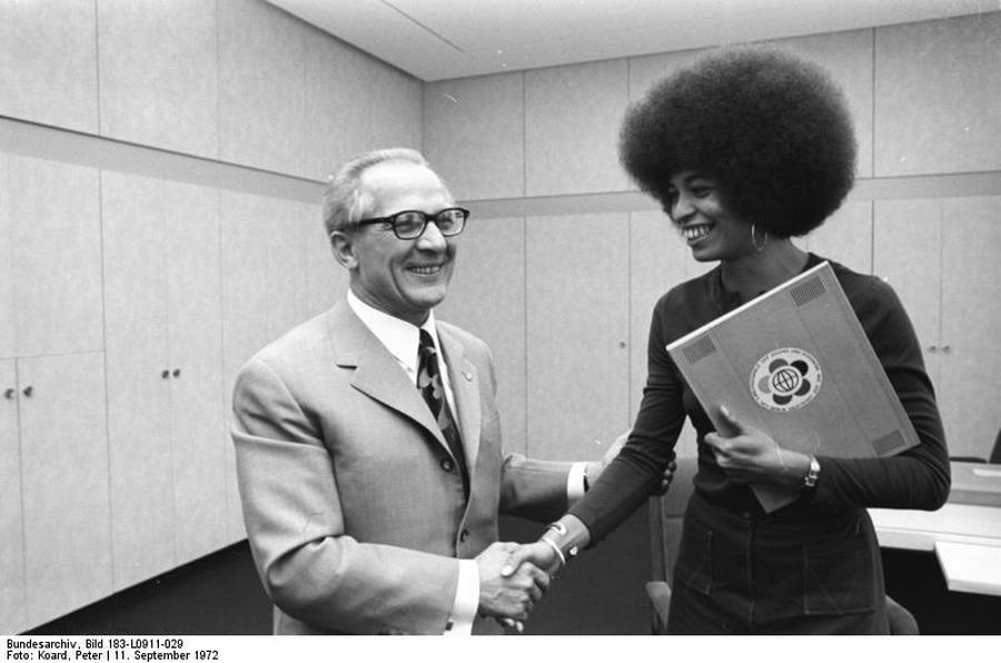 1972_a_keletnemet_vezeto_erich_honecker_a_hippi-korszak_emblematikus_szemelyisegevel_angela_davis-szel_talalkozik_berlinben.jpg