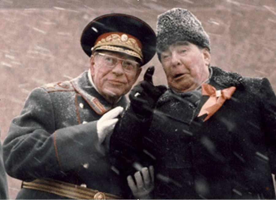1982_november_7_brezsnyev_fotitkar_usztyinov_marsall_tarsasagaban_a_mellveden_harom_nap_mulva_brezsnyev_meghalt.jpg