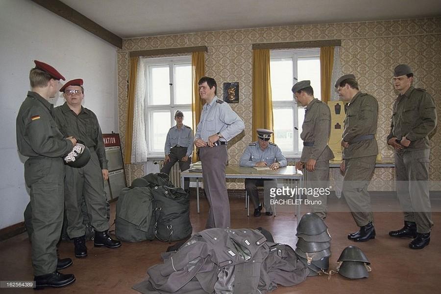 1990_oktobere_a_nemet_ujraegyesites_idejen_a_megszuno_ndk_hadseregenek_tagjai_oltoznek_at_a_bundeswehr_egyenruhajaba.jpg