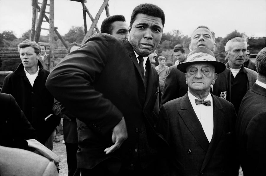 1966_muhammad_ali_londonban_egy_mehtol_megijedve.jpg