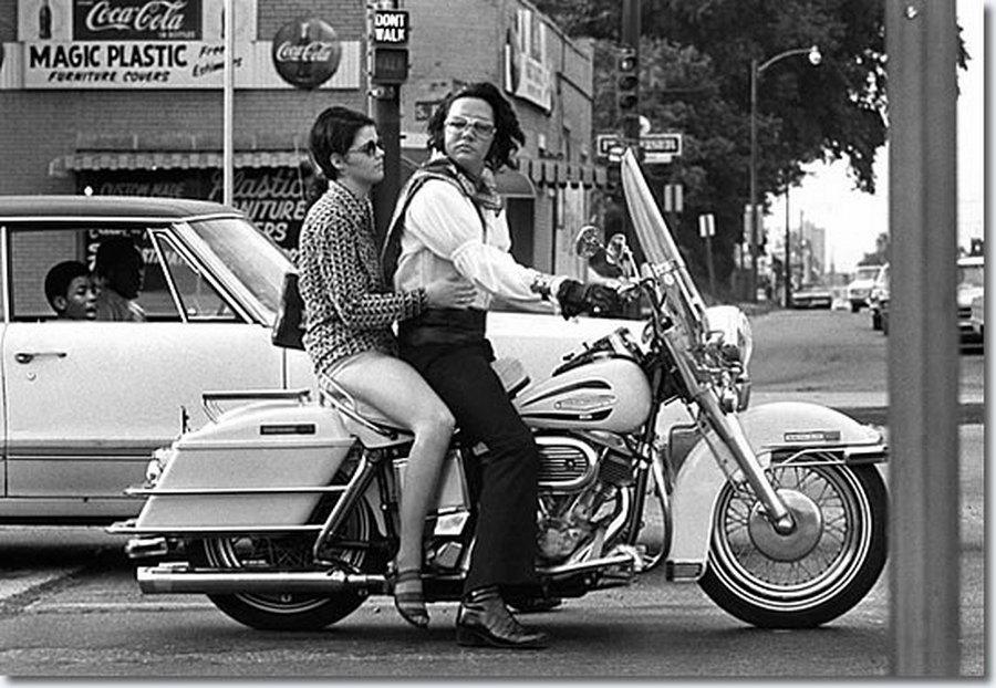 1972_junius_30_elvis_presley_es_kathy_seph_memphisben_motorozik_a_husz_eves_lany_kevesebb_mint_harom_het_mulva_halalos_autobalesetben_meghal.jpg