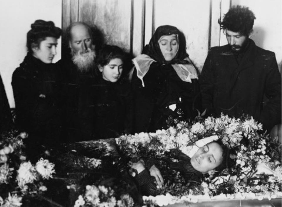 1907_sztalin_elso_felesegenek_a_tifuszban_elhunyt_kato_svanidzenek_temetese_a_jobb_szelen_sztalin.jpg