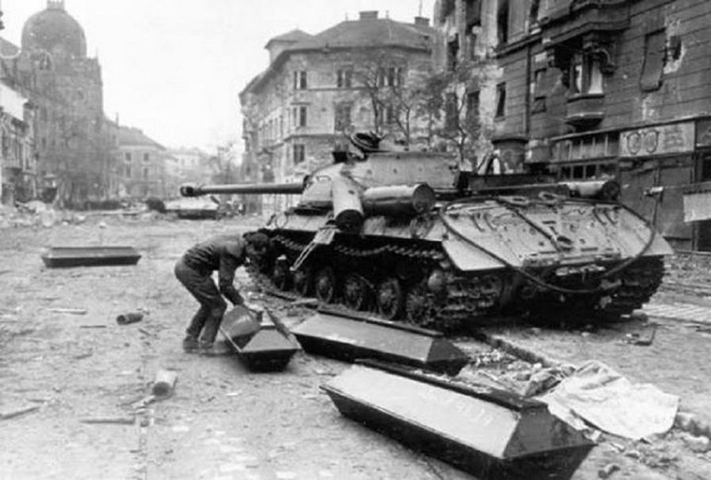 1956_novembere_kilott_szovjet_tank_legenyseget_viszik_el_a_halottszallitok_az_ulloi_uton.jpg