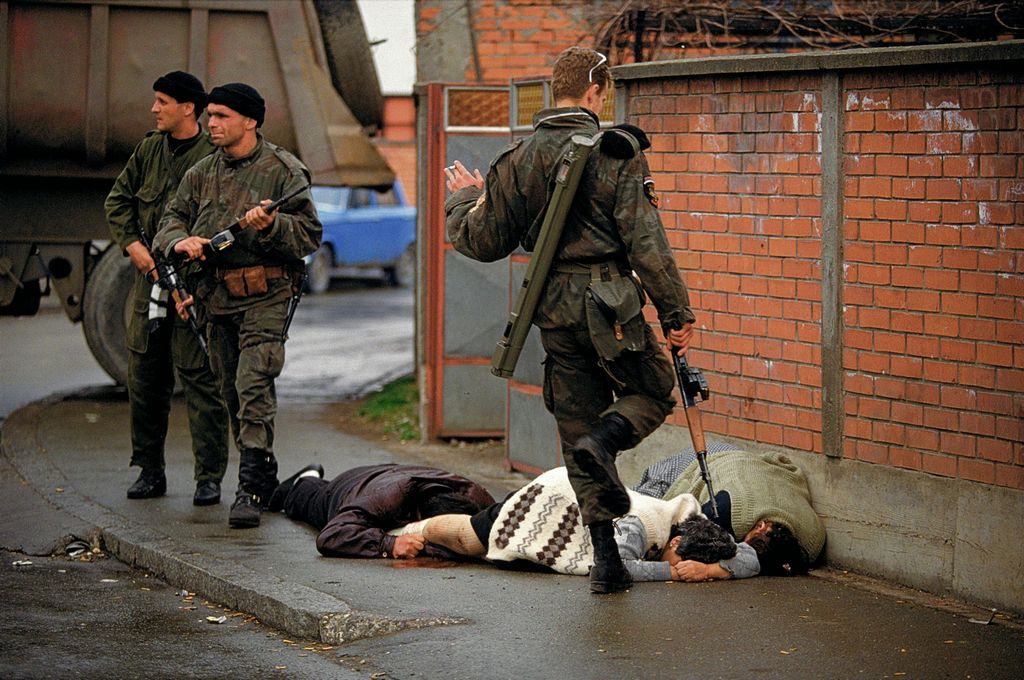 1992_a_szerb_tigrisek_felkatonai_szervezet_tagja_bijeljinaban_egy_halott_bosnyak_asszonyba_rug.jpg