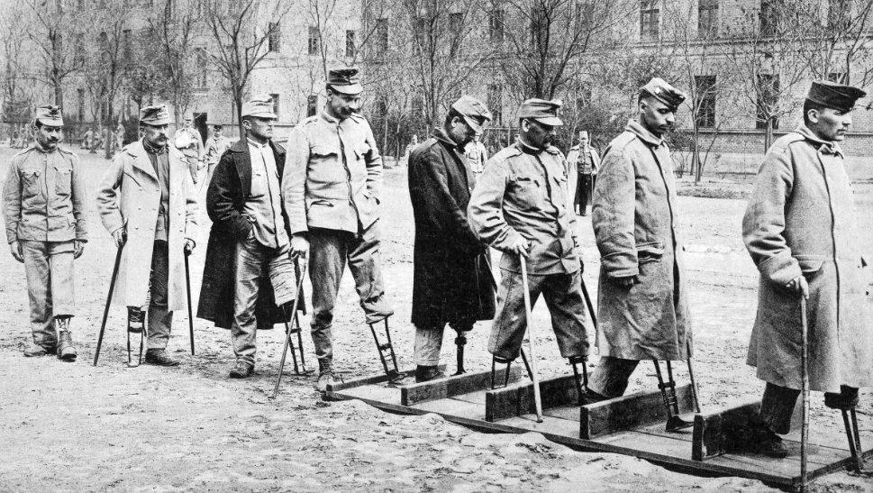 1918_budapest_a_frontrol_visszatert_amputalt_magyar_katonak_uj_muvegtagjaikat_probaljak_felismeri_valaki_a_helyszint.jpg