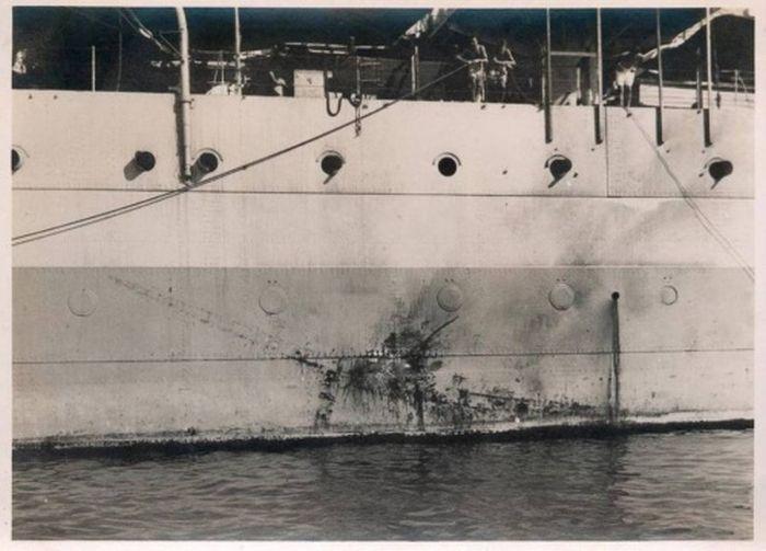 1945_julius_a_hms_sussex_cirkalot_ket_ongyilkos_japan_mitsubishi_ki-51-es_repulogep_tamadta_meg_egyikuk_lenyomata_a_hajo_oldalan.jpg