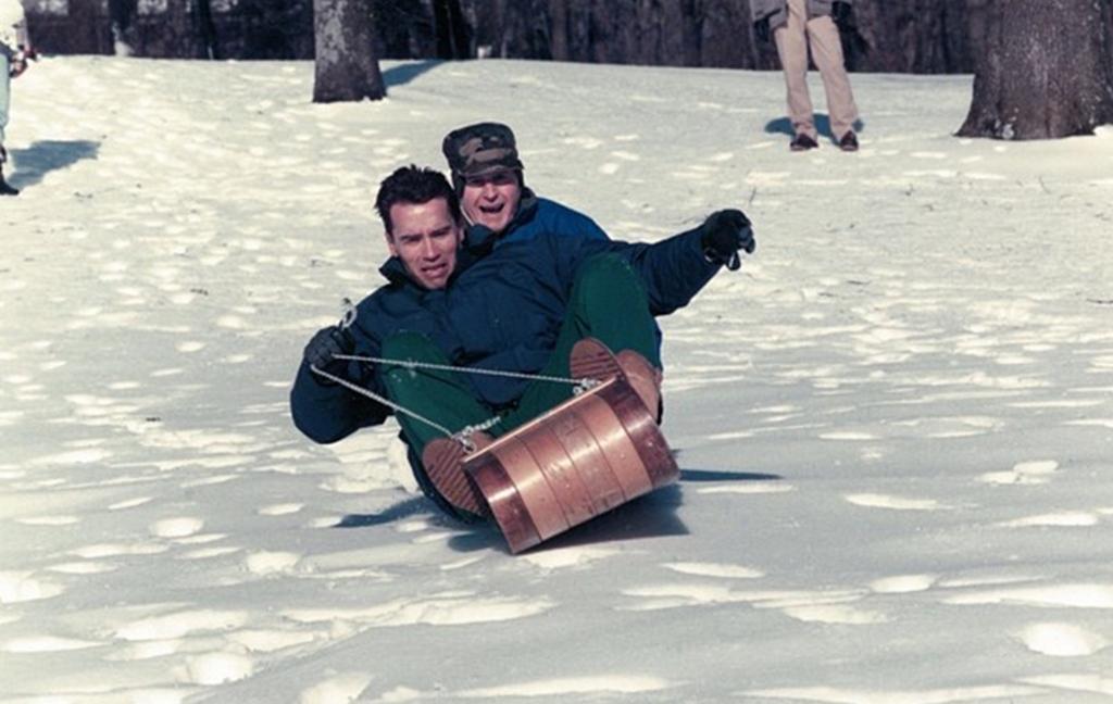 1991_arnold_schwarzenegger_es_az_akkori_amerikai_elnok_id_george_bush_szankozik_camp_david-ben_cr.jpg