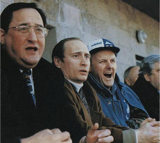 1990_vlagyimir_putyin_es_anatolij_szobcsak_politikus_egy_szentpetervari_zenit_meccsen.png