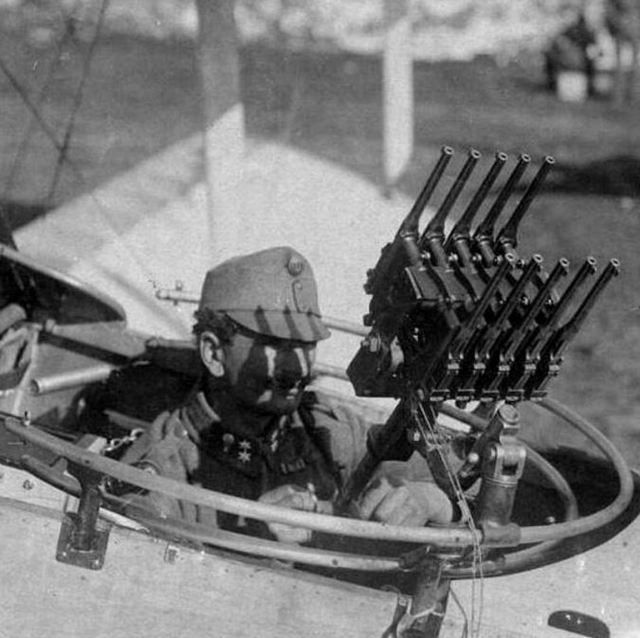 1917_wwi_austro-hungarian_air_force_gunner_with_10_mauser_c96_pistols.jpg