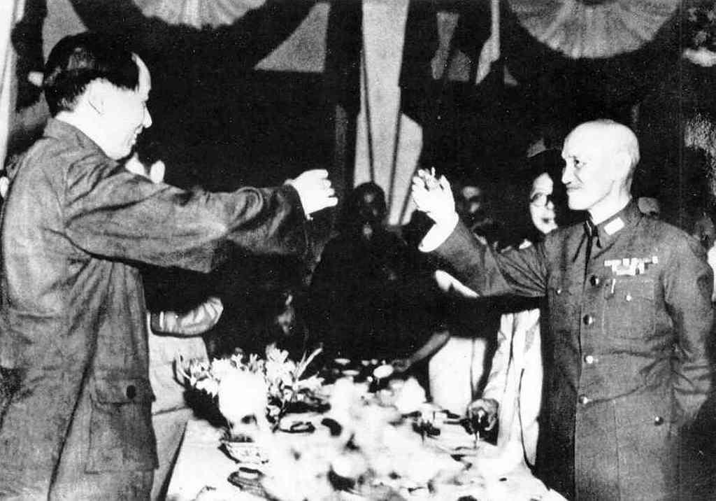 1945_mao_ce-tung_es_csang_kaj-sek_a_kesobbi_ellensegek_koccintinak_a_japan_feletti_gyozelemre.jpg