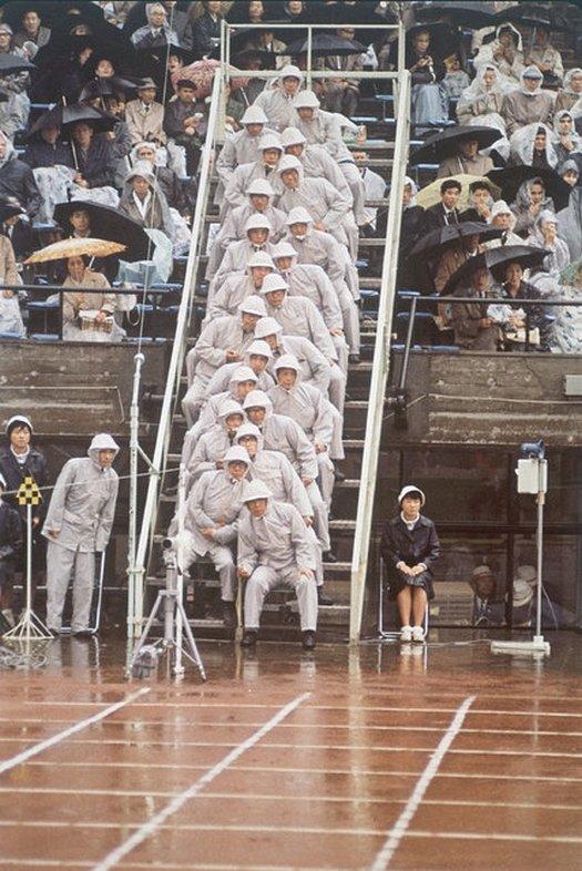 1964_a_tokioi_nyari_olimpia_atletikai_versenyeinek_birai_akik_a_futok_celbaerkezesenek_sorrendjet_allapitottak_meg.jpg