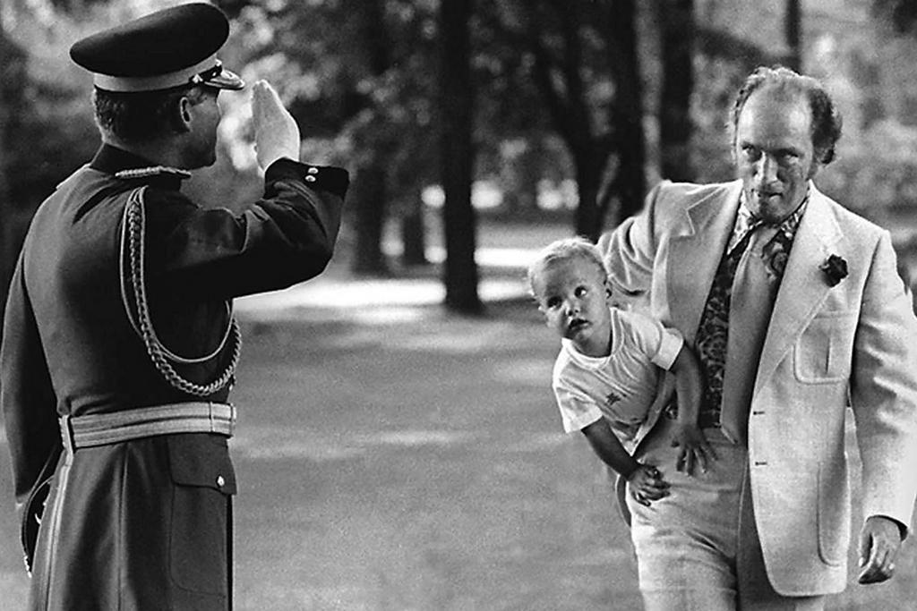 1973_a_kanadai_miniszterelnok_pierre_elliot_trudeau_hona_alatt_a_kesobbi_miniszterelnokkel_justin_trudeau-val.jpg