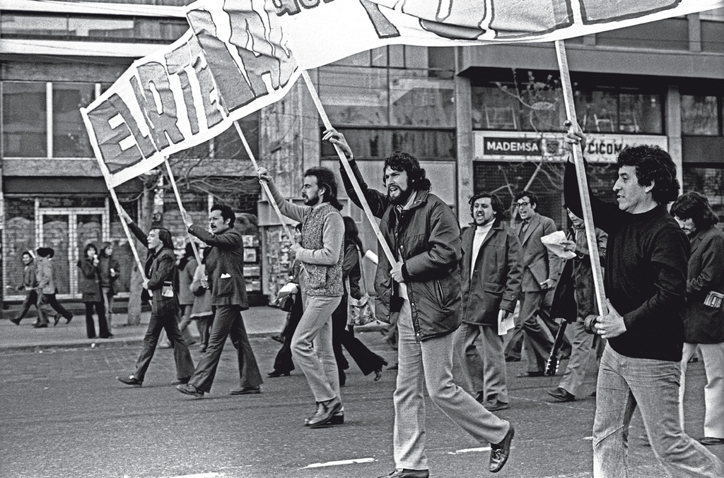 1973_az_utolso_legalis_kommunista_tuntetes_chileben_a_pinochet-puccs_elott_a_jobb_szelen_victor_jara_akit_kesobb_megkinoztak_es_megoltek.jpg