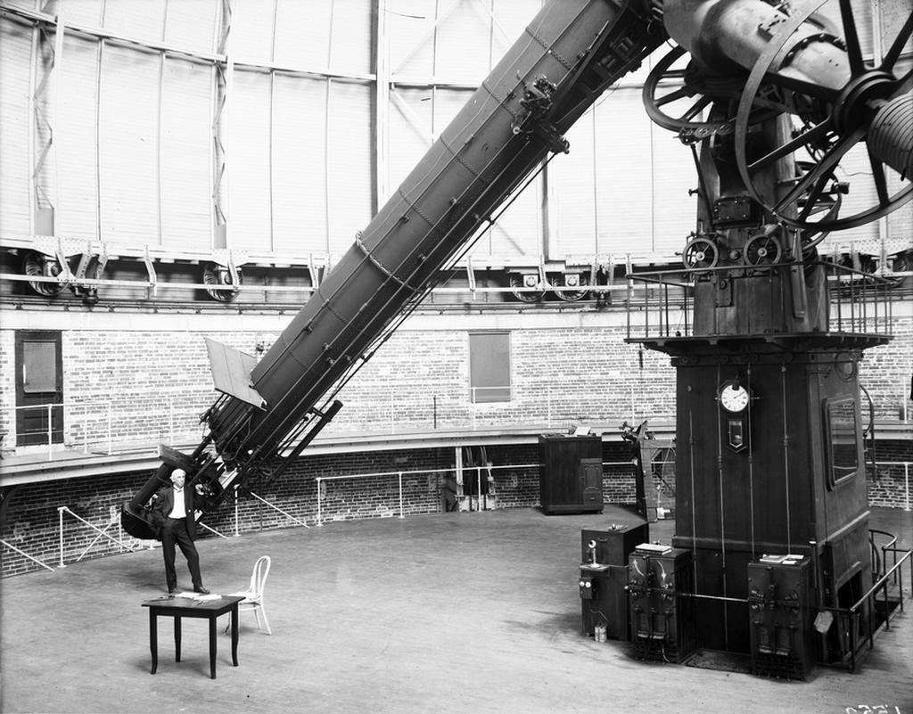 1905_edward_drake_roe_matematikus_csillagasz_professzor_a_yerkes_obszervatorium_teleszkopjanal.jpg