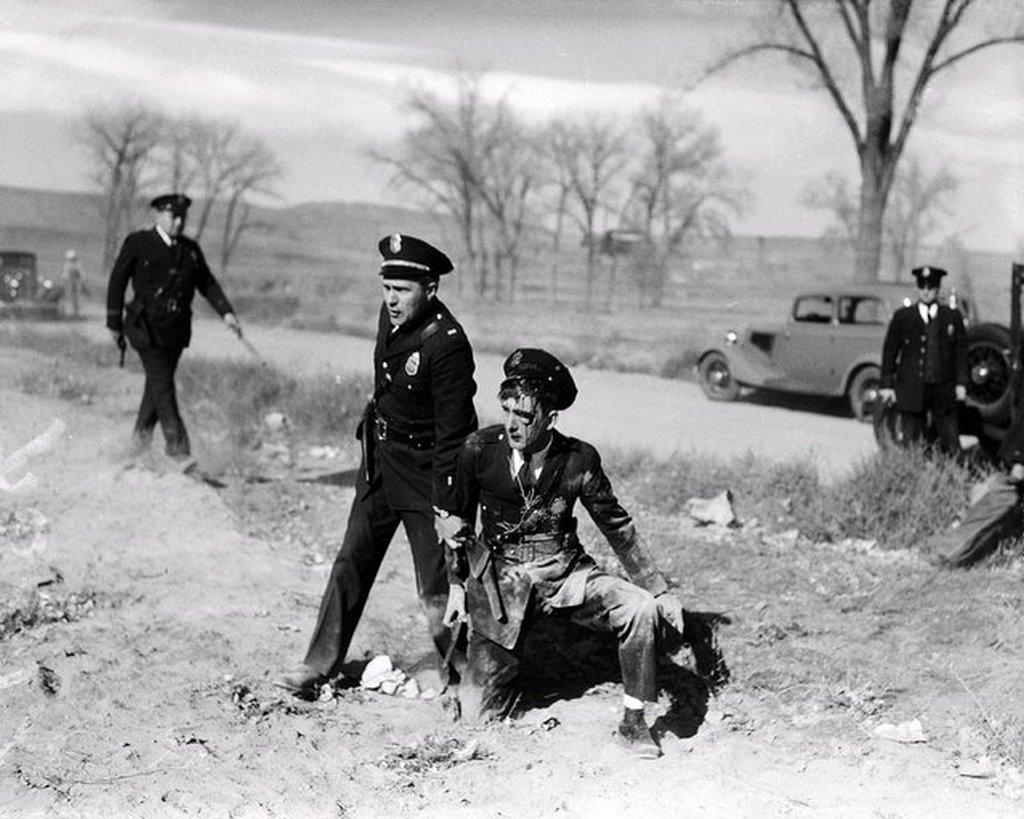 1935_rendor_segiti_fel_bajba_jutott_tarsat_akit_kovel_dobtak_fejbe_egy_demonstracion_denverben.jpeg