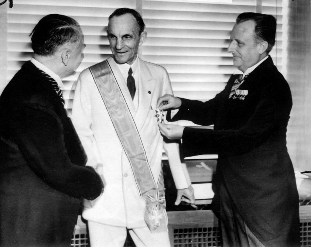 1938_henry_ford_autogyarost_tuntetik_ki_a_harmadik_birodalom_kepviseloi_a_naci_nezetekkel_valo_szimpatizalasaert_ford_tobb_muveben_is_szembefordult_a_zsido_gazdasagi_erdekekkel.jpg