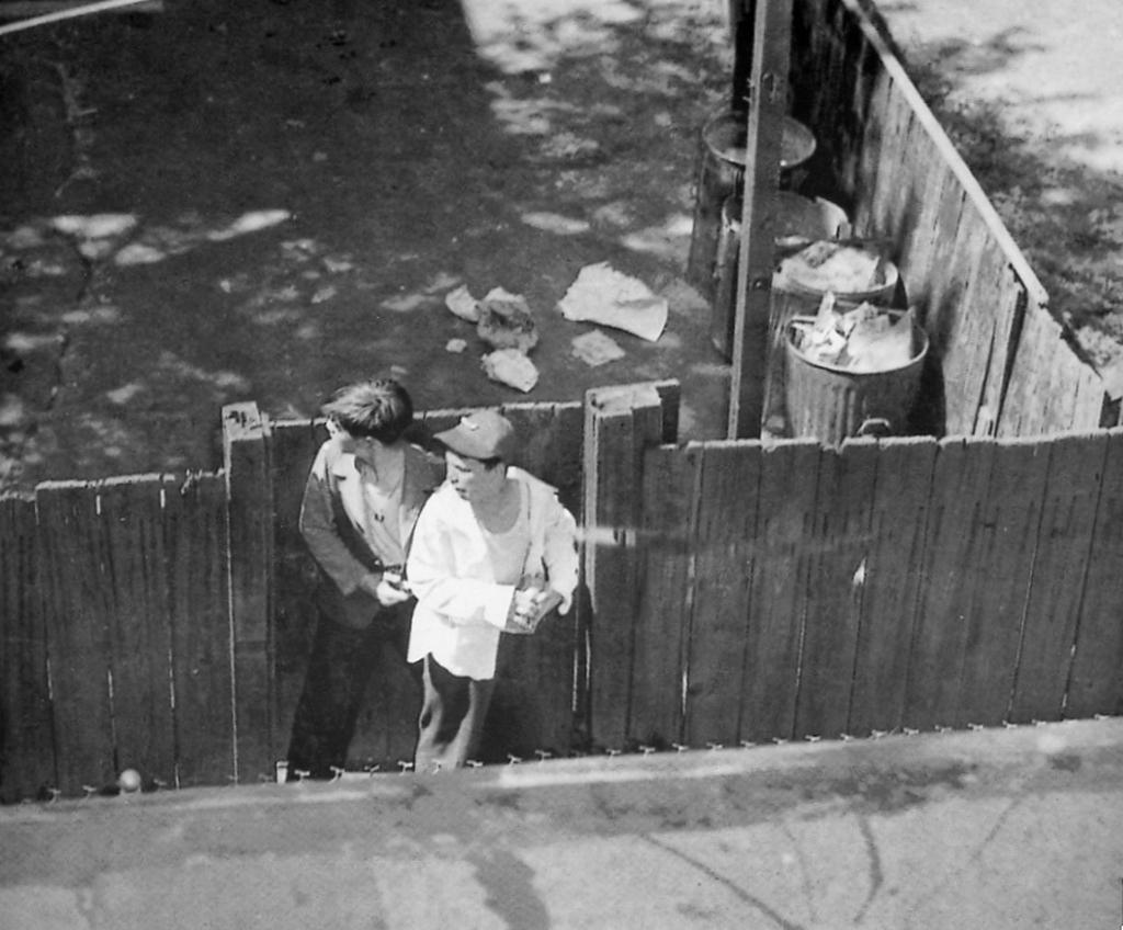 1947_bostoni_tuszdrama_15_eves_fiu_hasonlo_koru_tuszaval_egy_sikatorban_miutan_lelott_egy_rendort.jpg
