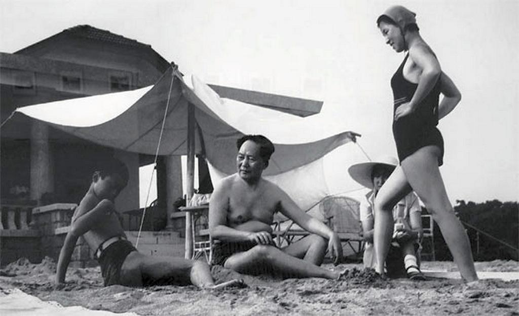 1953_mao_ce-tung_es_csaladja_a_tengerparton_nyaralas_kozben.png