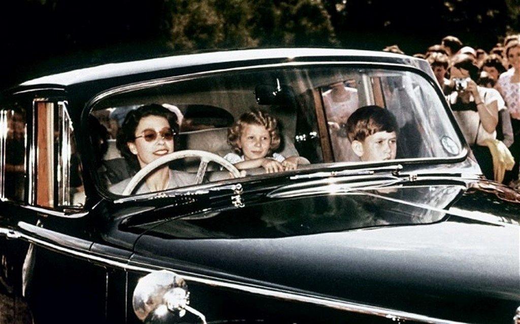 1957_ii_erzsebet_es_gyermekei_karoly_herceg_es_anna_hercegno.jpg