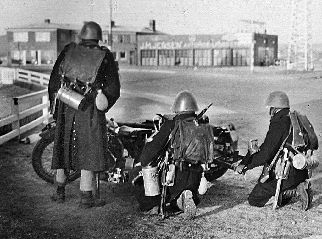 1940_a_nemetek_elfoglaljak_daniat_harom_dan_katona_eselytelenul_varja_a_nemet_hadigepezet_rohamat.jpg