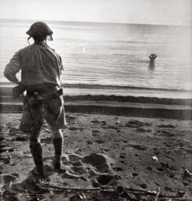 1942_uj-guinea_ausztral_katona_figyeli_a_magat_kezigranattal_kivegzo_japan_katonat_cr.jpg