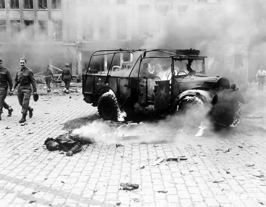 1944_nemet_v2-raketa_aldozata_antwerpenben_a_belga_kikotovarosra_1610_v2_raketat_lottek_ki.jpg