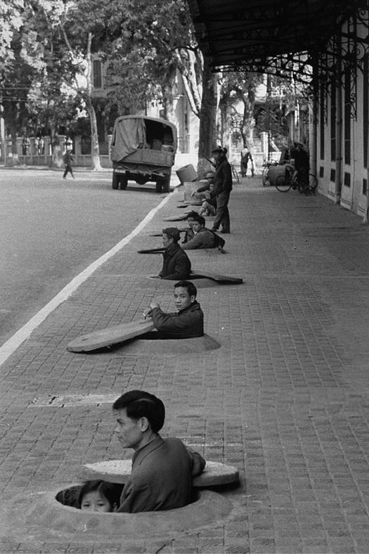 1967_hanoi_eszak-vietnam_fovarosanak_lakoi_ilyen_ovohelyeken_vartak_a_legitamadasok_veget.jpg