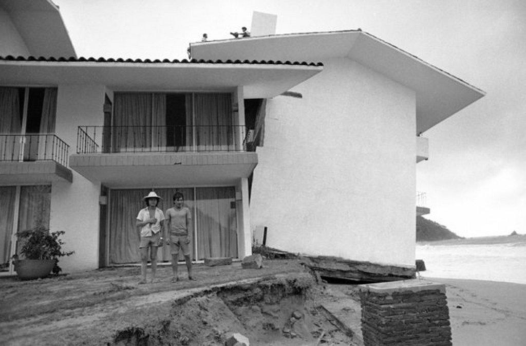 1976_hotel_el_presidente_ixtapa_mexiko_a_madelline_hurrikan_altal_keltett_oriashullamok_rongaltak_meg_a_part_menti_epuleteket_jobbara_kimosva_az_alapjukat.jpeg