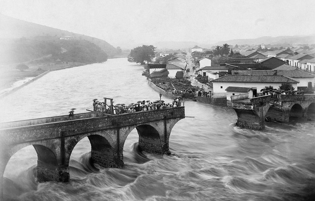 1916_honduras_fovarosaban_tegucigalpaban_az_arado_folyo_elsodorta_a_hid_egy_reszet.jpg
