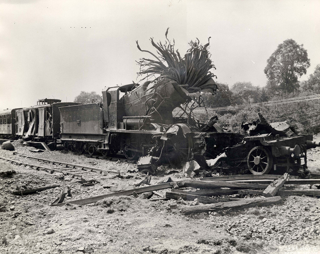 1944_felrobbant_robbantott_nemet_mozdony_eszak-franciaorszagban.jpg