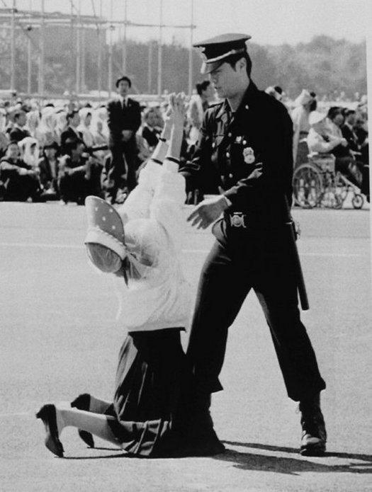 1989_del-koreai_rendor_szolitja_fel_tavozasra_a_vallasilag_atszellemult_asszonyt_ii_janios_pal_papa_szouli_latogatasa_soran_mert_nem_a_latogatoknak_fenntartott_helyen_tartozkodik.jpeg