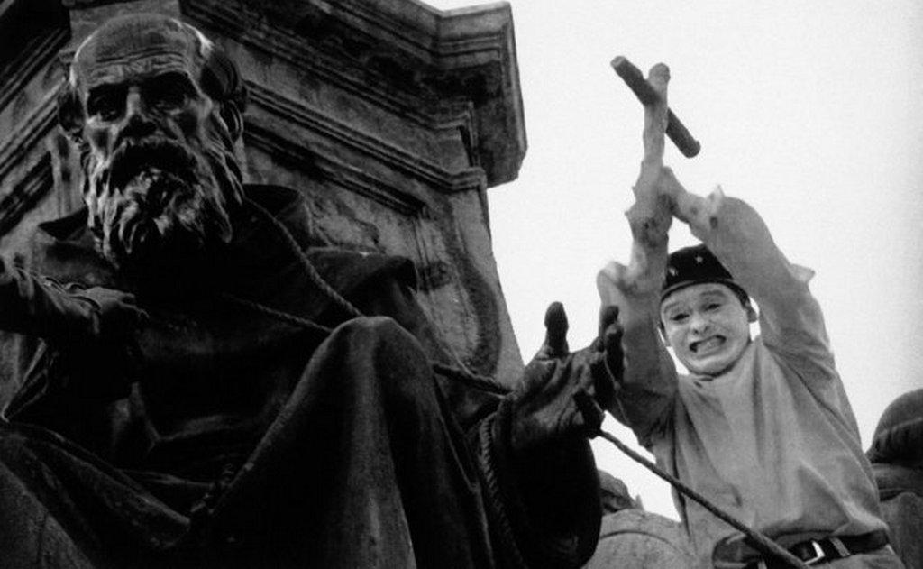 1992_kozep-amerikai_bennszulottek_demonstracioja_a_mexico_city-i_kolombusz_szobornal_a_felfedezes_500_evfordulojan_a_duhos_tomeg_megrongalta_az_alkotast.jpeg