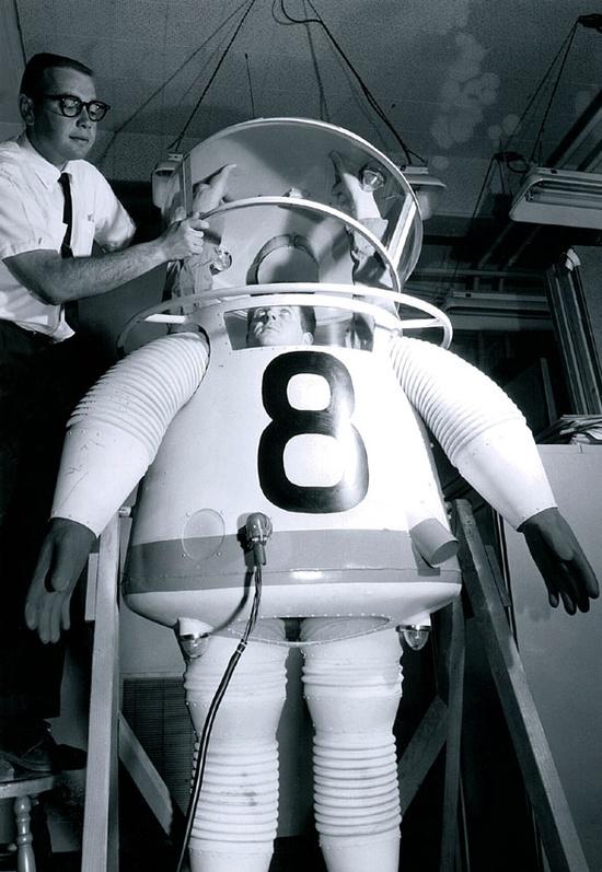 1961_a_los_angeles-i_ucla_egyetem_altal_kifejlesztett_urruha-prototipus.jpg